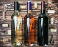 Flaskor av vin och olik tillbehör Arkivfoton