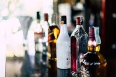 Flaskor av vin och vin förläggas på vasken Arkivbilder