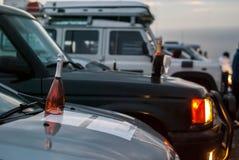 Flaskor av vin på huvarna av bilar Arkivfoto