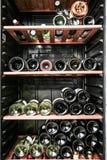 Flaskor av vin på hyllorna Royaltyfri Foto