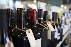 Flaskor av vin på skärm i matvaruaffär Royaltyfri Fotografi