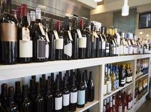 Flaskor av vin på skärm i matvaruaffär Arkivfoto