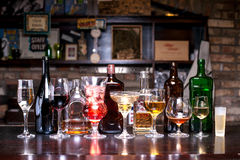 Flaskor exponeringsglas med alkohol Royaltyfri Fotografi