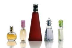 flaskor färgade den mång- parfymeriaffären arkivfoton