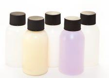 flaskor färgade plast- för fem flytande Royaltyfria Foton