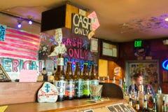Flaskor för öl` s på bet & b-stången, Kodiak, Alaska royaltyfria foton