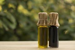 Flaskor för olivolja och för balsamic vinäger fotografering för bildbyråer
