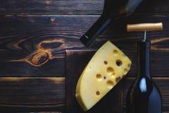 Flaskor för ost två av trävinbakgrundsutrymme för kopia royaltyfri bild
