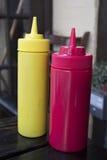 Flaskor för tomatsås och senap Arkivfoto