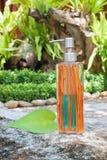 Flaskor för vätsketvål på trä Arkivbilder