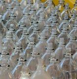 Flaskor i en Ring Toss Carnival Game Arkivfoton