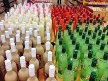 Flaskor i en shoppa Arkivbilder