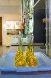 Flaskor i provlaboratoriumet Arkivbild