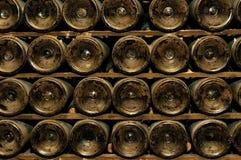 Flaskor i winekällare arkivbild