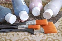 Flaskor med akrylmålarfärg med borstar, handgjort, hobby och garnering Royaltyfri Foto