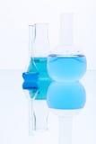Flaskor med blå flytande Arkivbilder