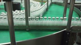 Flaskor med droger på transportören fodrar i farmaceutisk fabrik stock video