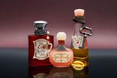 Flaskor med förälskelsedryck på mörker - blå yttersida Royaltyfri Bild