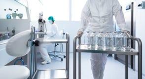 Flaskor med flytande i en labb royaltyfri fotografi