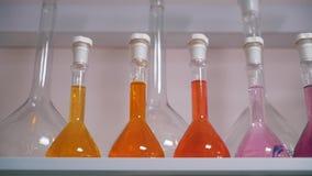 Flaskor med flytande i labbslut upp stock video