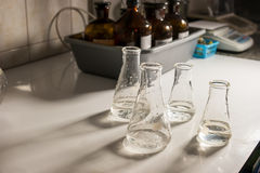 Flaskor med genomskinlig flytande Royaltyfri Bild