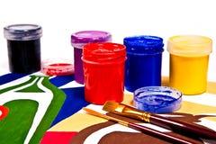 Flaskor med gouache målar och borstar för konstnärliga målningar Royaltyfri Fotografi