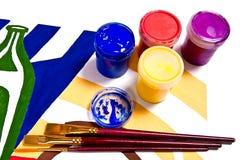 Flaskor med gouachemålarfärger och olika sorter av borstar Fotografering för Bildbyråer