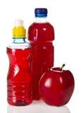 Flaskor med juce och det röda äpplet Fotografering för Bildbyråer