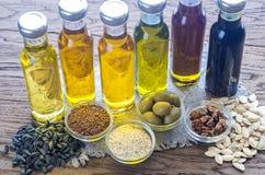Flaskor med olika sorter av grönsakolja arkivfoto