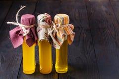 Flaskor med olika sorter av jungfrulig grönsakolja arkivbild