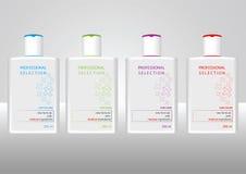 Flaskor med prövkopiaetiketter för schampo Arkivfoto