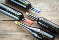 Flaskor med rött vin royaltyfri foto