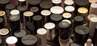 Flaskor med spikar polermedel arkivfoton