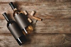Flaskor med tomma etiketter och korkar Royaltyfri Fotografi