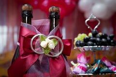 Flaskor med wine på ett bröllop Fotografering för Bildbyråer
