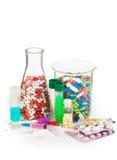 Flaskor mycket av droger och annan medicin royaltyfri bild