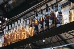 Flaskor på coctailstången i den Mercato Metropolitano marknaden i Londo arkivfoton