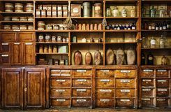 Flaskor på hyllan i gammalt apotek royaltyfria bilder