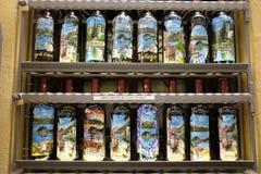 Flaskor på skärmyttersida en shoppa i Bellagio, sjö Como arkivfoto