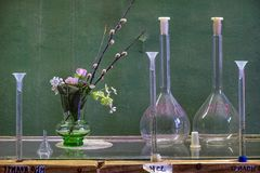 Flaskor på tabellen Verba arkivfoton