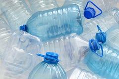 flaskor som dricker plastic vatten Royaltyfri Foto