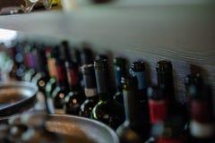 flaskor tömmer wine royaltyfri fotografi