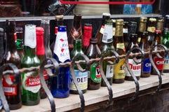 Flaskor utanför en stång arkivfoto