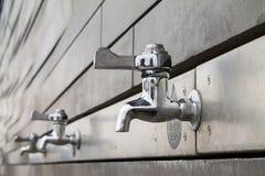 Flaskpåfyllningvattenkranar Royaltyfri Bild