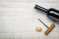 Flaskrött vin och Cork Screw Arkivbilder