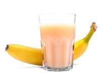 Flass transpatent del jugo orgánico de los plátanos, en un fondo blanco Cóctel de restauración de los plátanos Concepto de la fru imagen de archivo