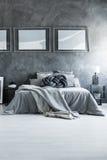 Flat met grijs katoenen beddegoed stock afbeeldingen