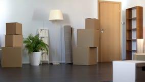 Flat met kartondozen wordt, die aan nieuw huis, de verhuizingsdienst die bewegen geplaatst zich royalty-vrije stock foto
