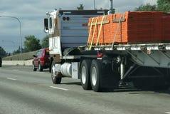 Flatbed semi vrachtwagen met lading Stock Foto