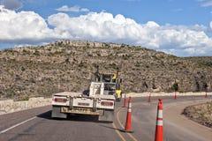 Flatbed vrachtwagen op weg Stock Fotografie